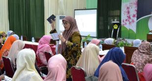 Pakar Psikologi DPP LDII Nana Maznah Prasetyo memberikan materi pembinaan keluarga kepada peserta Seminar Wanita LDII Jawa Timur, Minggu (26/8).